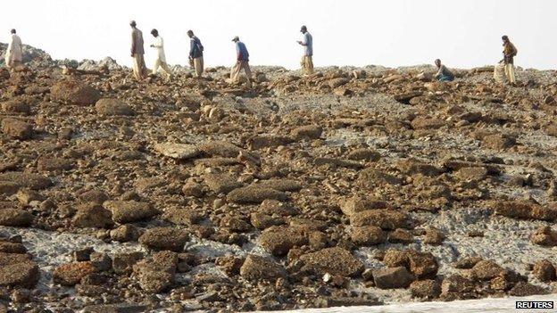 BBC News - Pakistan quake island off Gwadar 'emits flammable gas'